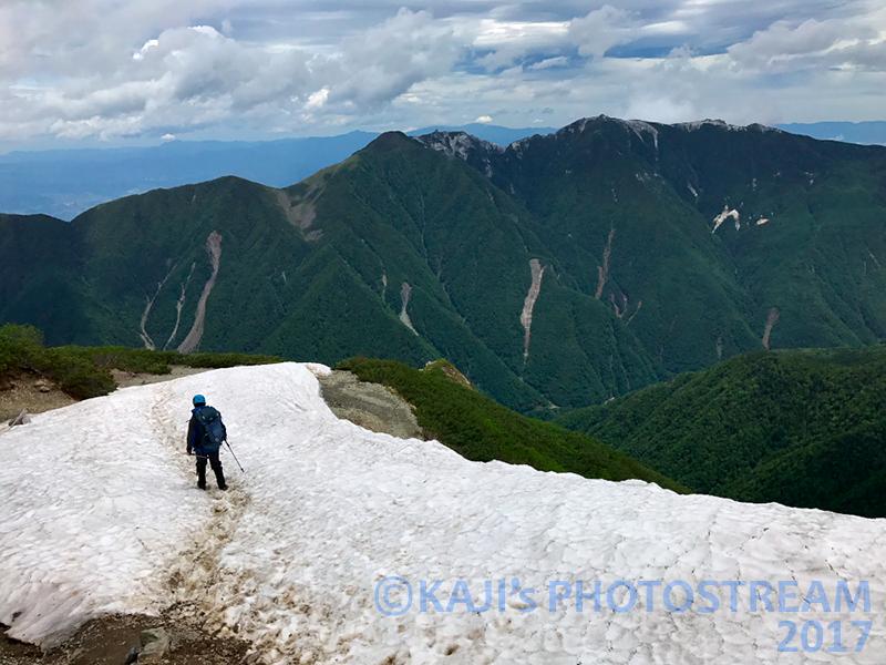 振り返り残雪と鳳凰三山