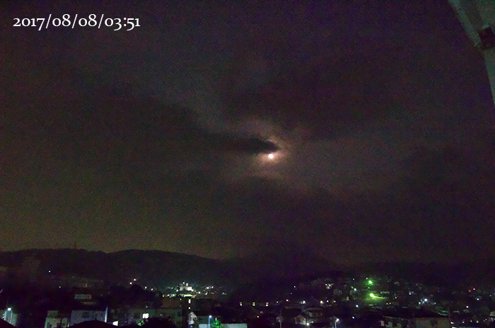 雲間から月食中の月